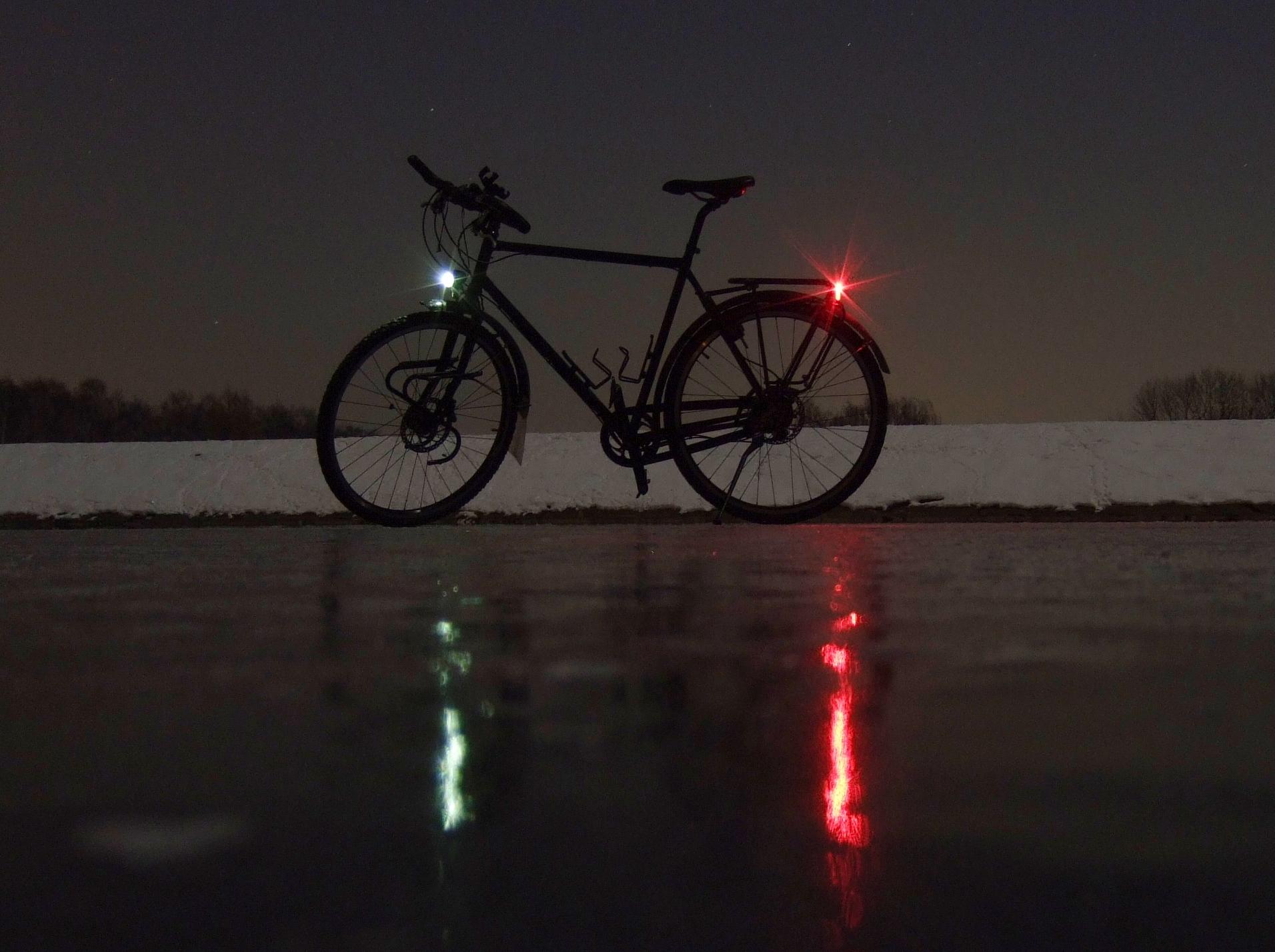 Bicycle at night on frozen pond Konstantinteich / Fahrrad bei Nacht auf gefrorenem Konstantinteich